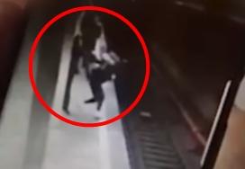 Prima fată atacată la metrou a mers la poliție imediat, dar a așteptat 2 ore sa de declarații. De ce a durat atat