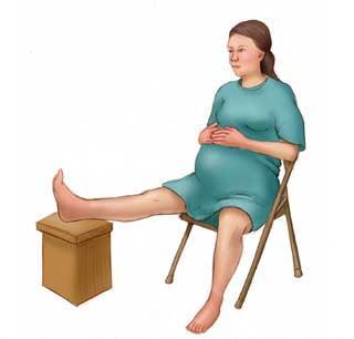 Sezand pe scaun cu un picior ridicat