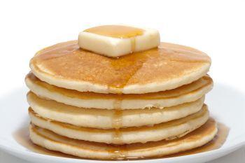 Pancakes cu quinoa si banane caramelizate