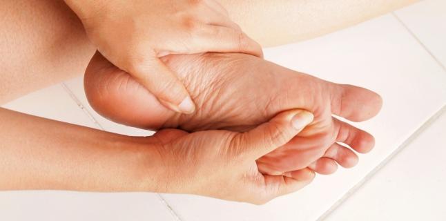 cauze amorteala maini