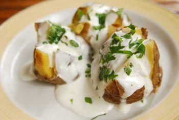 Cartofi copti cu iaurt si sos salsa