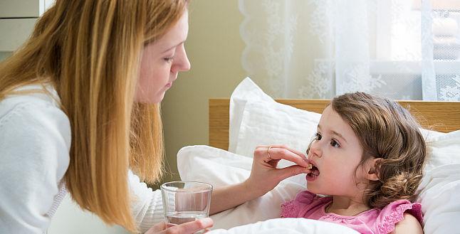 Automedicatia in cazul copiilor – ce riscuri exista atunci cand parintii le dau medicamente fara sa consulte pediatrul?
