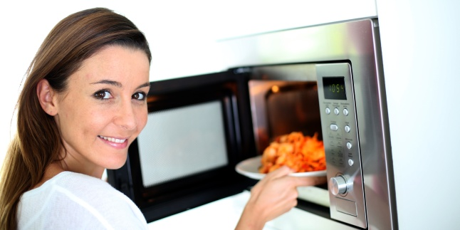 Pericolele la care ne expunem cand incalzim mancare la cuptorul cu microunde
