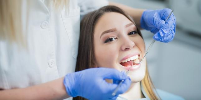 De ce apar si cum pot fi tratate petele de pe dinti?
