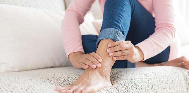 de ce glezne umflate durere la nivelul șoldului și a spatelui inferior pe partea dreaptă