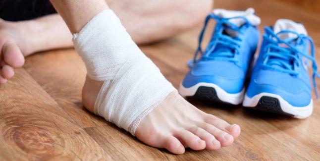 ce poate provoca dureri și umflături la gleznă